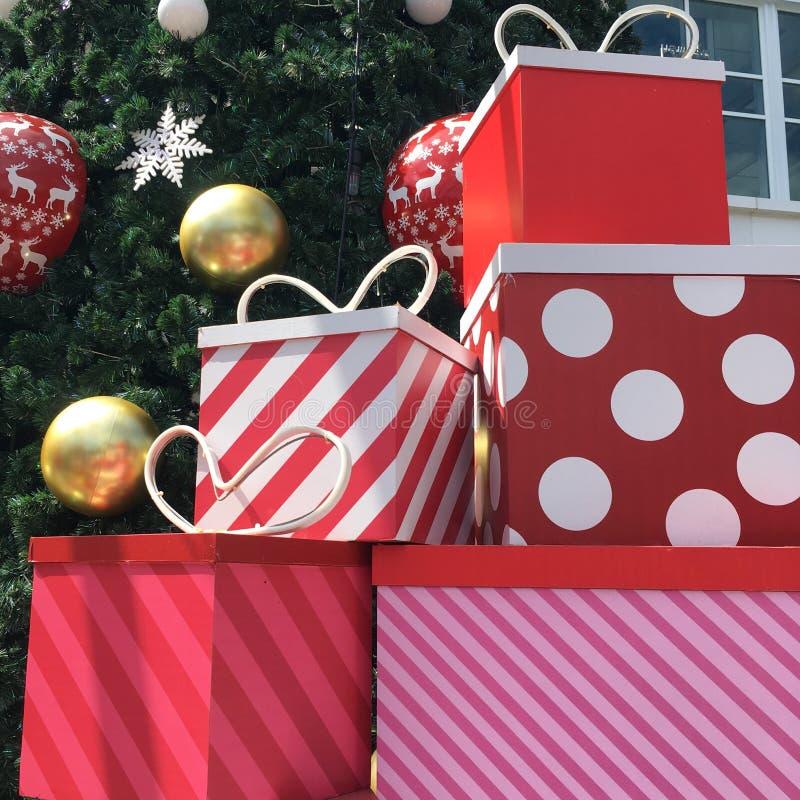 Cajas de regalo de la Navidad por debajo el árbol de navidad imágenes de archivo libres de regalías