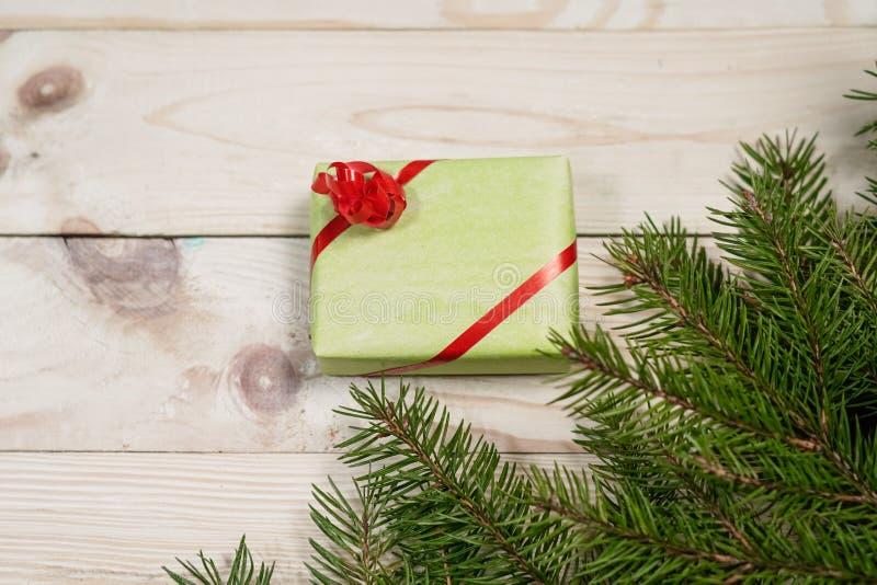 Cajas de regalo multicoloras y ramas spruce en un backgro de madera imagenes de archivo
