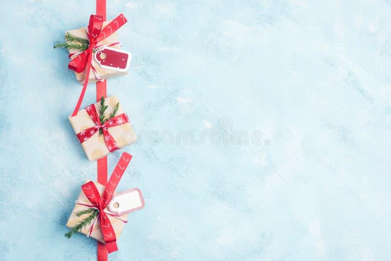 Cajas de regalo planas de la Navidad de la opinión superior tres de la endecha en papel del arte con las cintas rojas en fondo az stock de ilustración