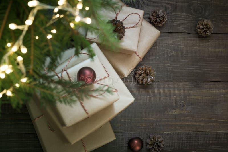 Cajas de regalo de vacaciones debajo del árbol de Cristmas en víspera del día de fiesta San Esteban Noche de Navidad Copie el esp imagen de archivo libre de regalías