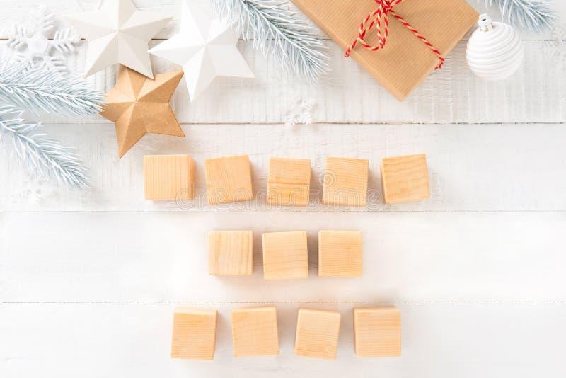 Cajas de regalo y ornamentos de la Navidad con los bloques de madera cuadrados imagenes de archivo