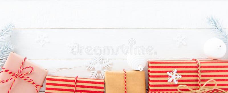 Cajas de regalo y ornamentos de la Navidad en el fondo de madera blanco imagen de archivo libre de regalías