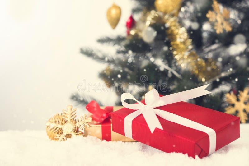 Cajas de regalo y ornamentos de la Navidad en la nieve foto de archivo