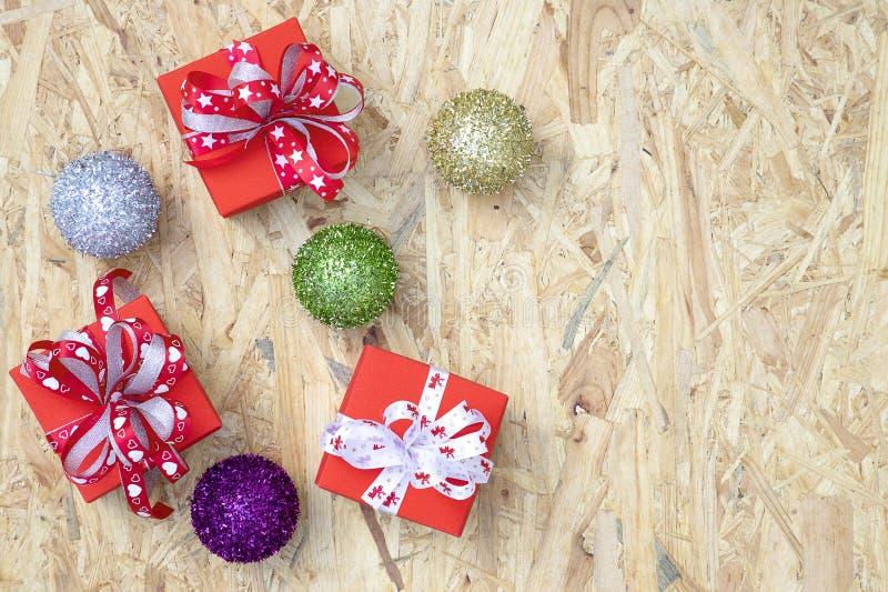 cajas de regalo y ornamentos de la Navidad imagen de archivo libre de regalías