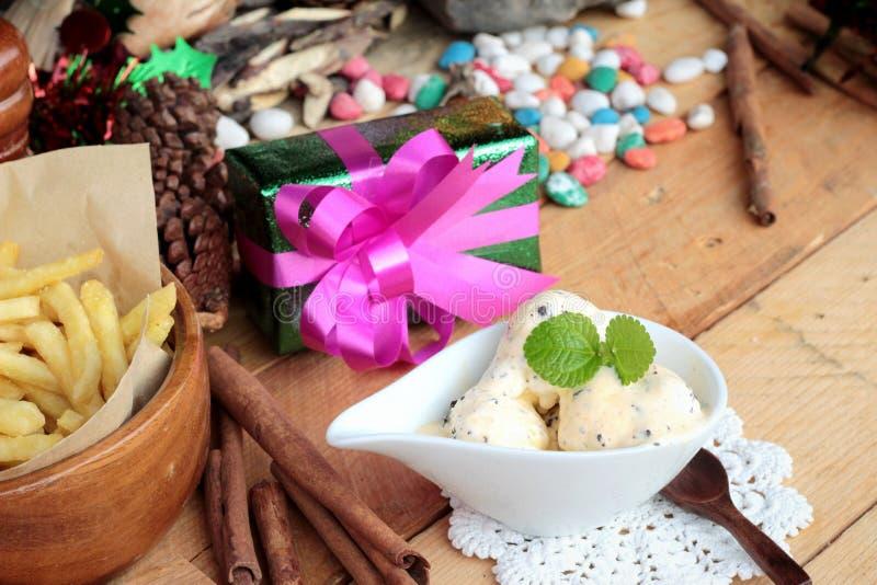 Cajas de regalo y patatas fritas, helado para celebrar la Navidad imagenes de archivo