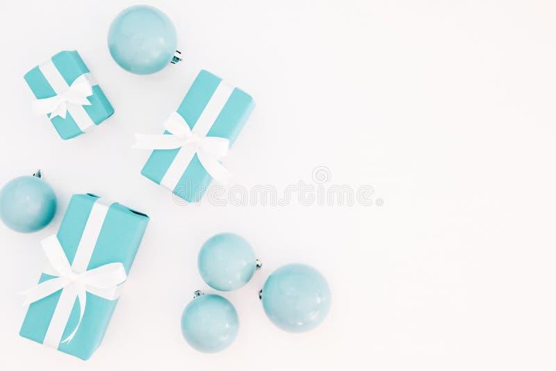 Cajas de regalos azules en colores pastel de la Navidad con la decoración en el fondo blanco imagen de archivo