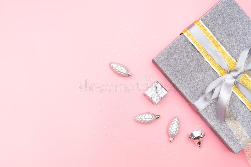 Cajas de regalos o cajas de los presentes con la campana de plata y la bola en el fondo rosado para la ceremonia del cumpleaños,  imagen de archivo