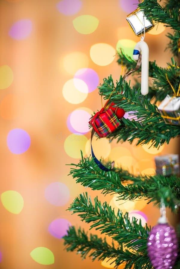 Cajas del árbol de navidad y de regalo, en fondo del bokeh imagen de archivo libre de regalías