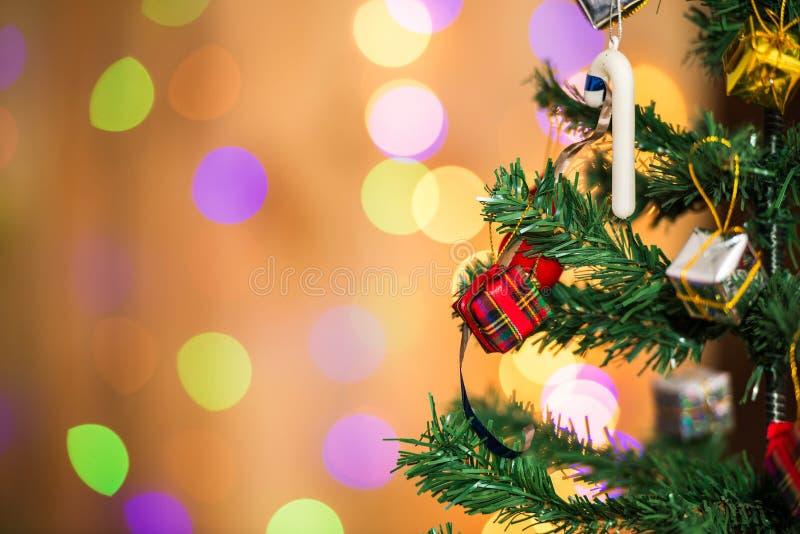 Cajas del árbol de navidad y de regalo, en fondo ligero imagenes de archivo