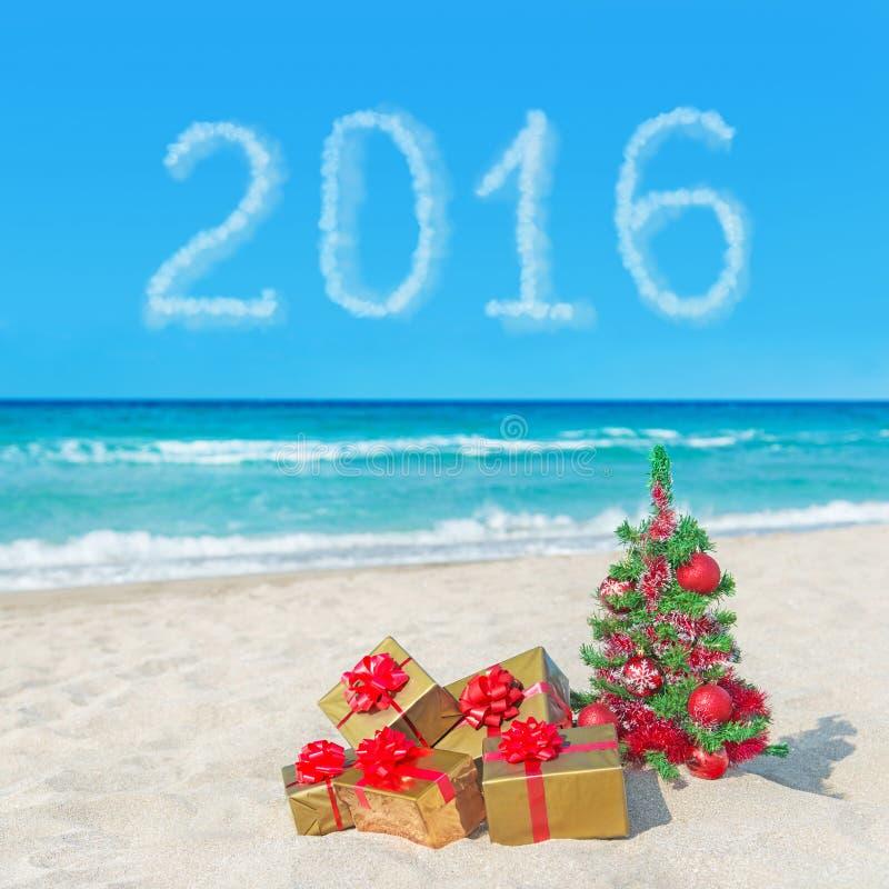 Cajas del árbol de navidad y de regalo en la playa del mar Concepto por Año Nuevo imágenes de archivo libres de regalías