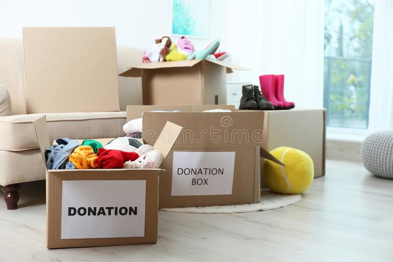 Cajas del cartón con donaciones imagen de archivo