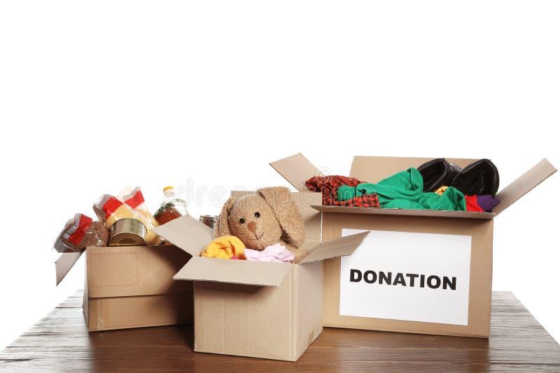 Cajas del cartón con donaciones en la tabla imagenes de archivo