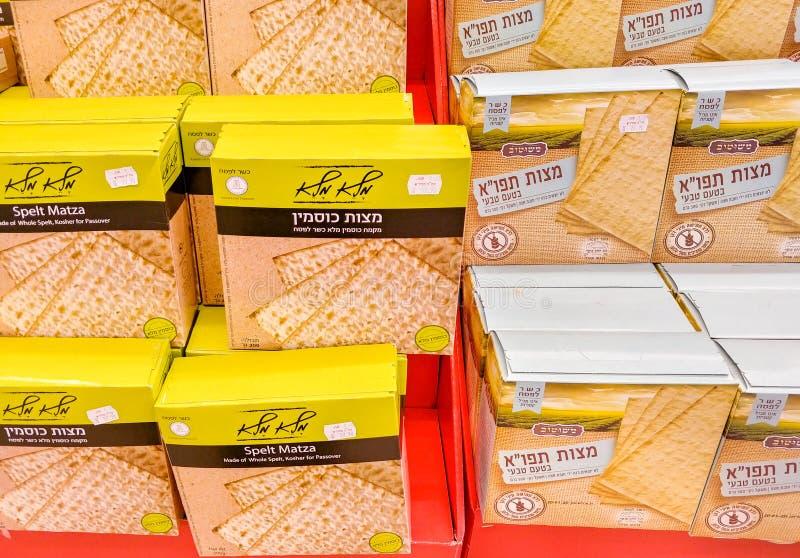 Cajas del cartón de Matza deletreado y de la patata Matza para la pascua judía, vendido en el supermercado fotografía de archivo libre de regalías