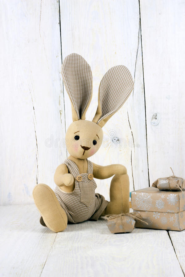 Cajas del conejo y de regalo del juguete fotografía de archivo libre de regalías