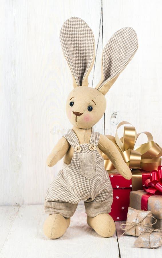 Cajas del conejo y de regalo del juguete fotos de archivo