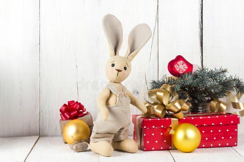 Cajas del conejo y de regalo del juguete imagenes de archivo