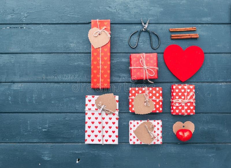 Cajas del corazón y de regalo sobre fondo de madera Endecha plana foto de archivo libre de regalías