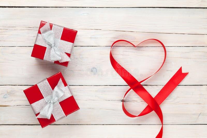 Cajas en forma de corazón de la cinta y de regalo del día de tarjetas del día de San Valentín fotografía de archivo