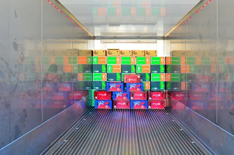Cajas en un envase refrigerado imagen de archivo