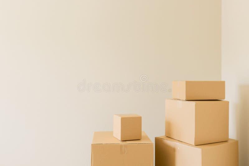 Cajas móviles llenas en sitio vacío fotografía de archivo