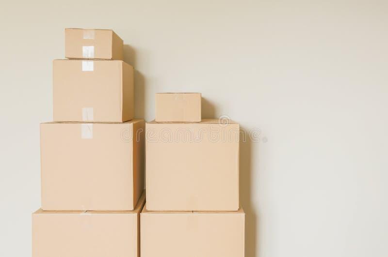 Cajas móviles llenas llano en sitio vacío imagenes de archivo