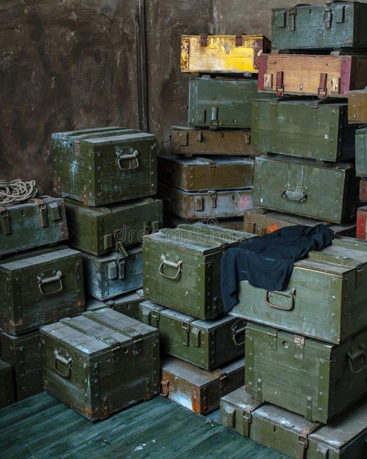 Cajas militares viejas de la munición imagen de archivo libre de regalías