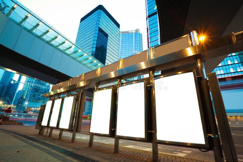 Cajas modernas de la luz TV de la publicidad de la ciudad de noche en Hong-Kong fotografía de archivo