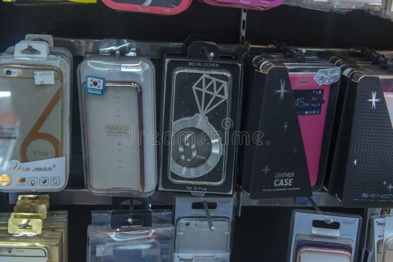 Cajas para los teléfonos en venta en la tienda imagen de archivo libre de regalías