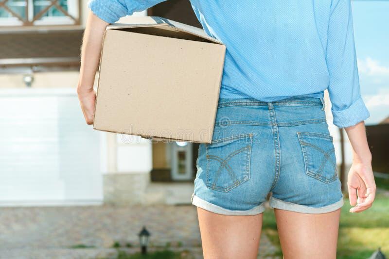Cajas que llevan de la mujer adentro a la nueva casa imagenes de archivo