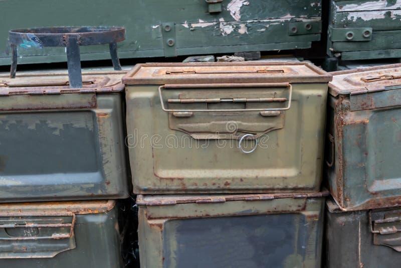 Cajas verdes militares de la munición foto de archivo