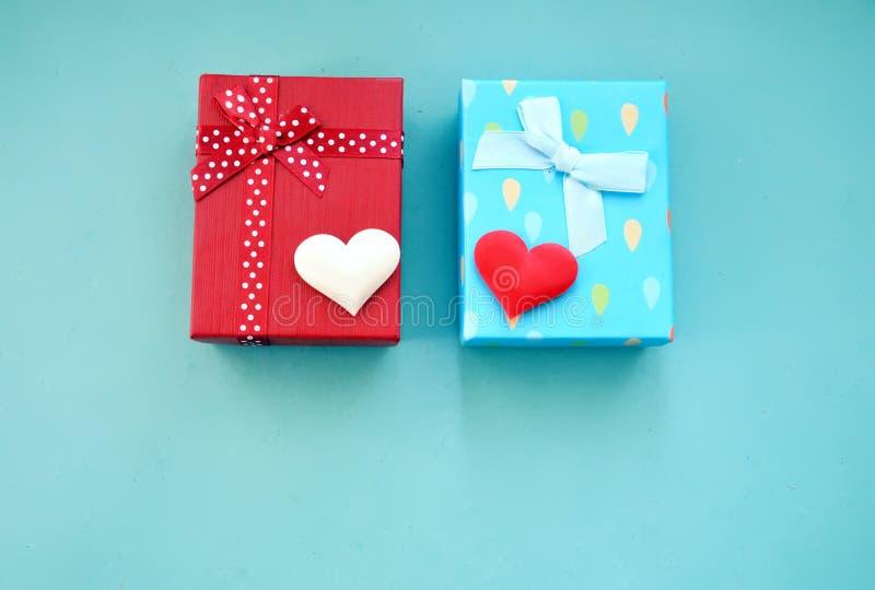Cajas y corazones de regalo en un fondo azul imagenes de archivo