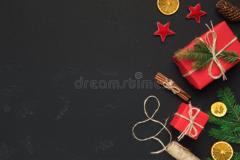 Cajas y decoraciones festivas de regalo de la Navidad en fondo negro foto de archivo