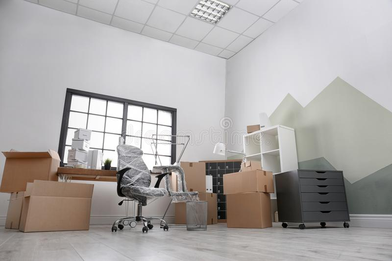 Cajas y muebles móviles imagenes de archivo