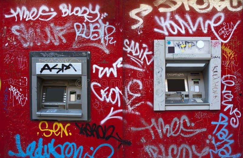 Cajero automático en una pared del rojo de la pintada fotos de archivo