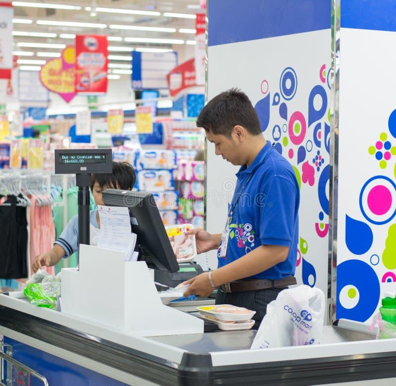 Cajero masculino en el supermercado de Coopmart en Saigon foto de archivo