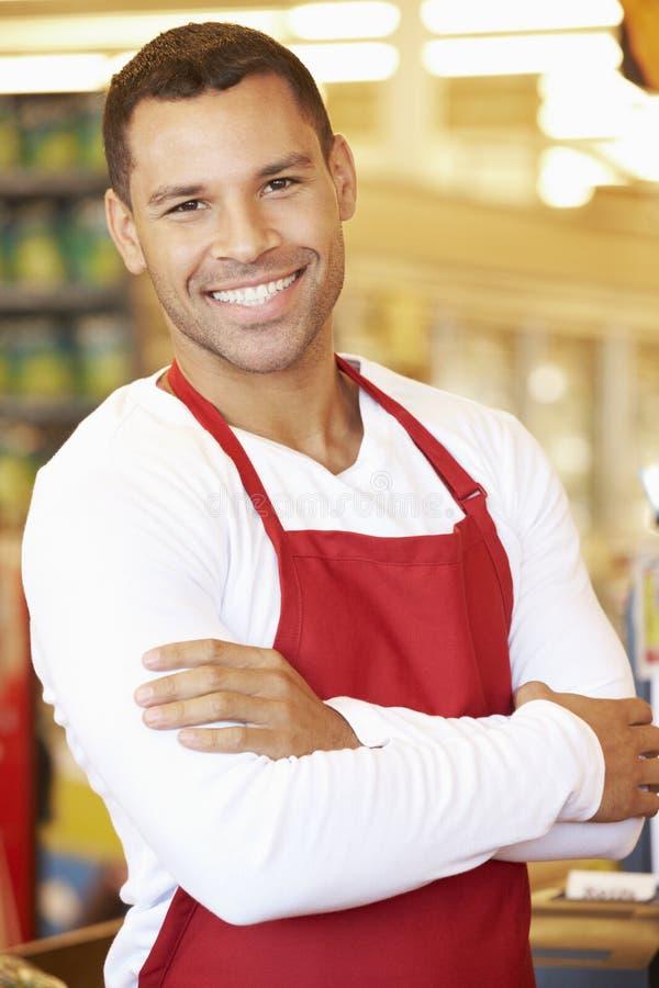 Cajero masculino At Supermarket Checkout foto de archivo libre de regalías