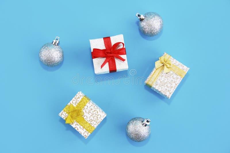 Cajones decorativos de regalo blanco con arcos para sorpresas y juguetes bolas de árbol de Navidad imagen de archivo libre de regalías