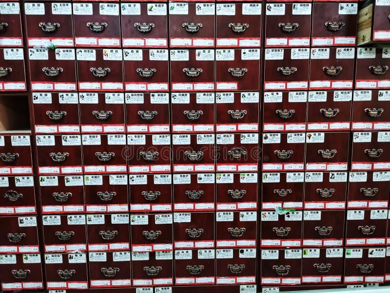 Cajones para almacenar la medicina china de una farmacia en la ciudad de Wuhan imagenes de archivo