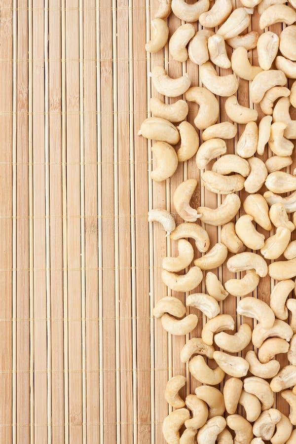 Caju descascado que encontra-se em uma esteira de bambu imagem de stock royalty free