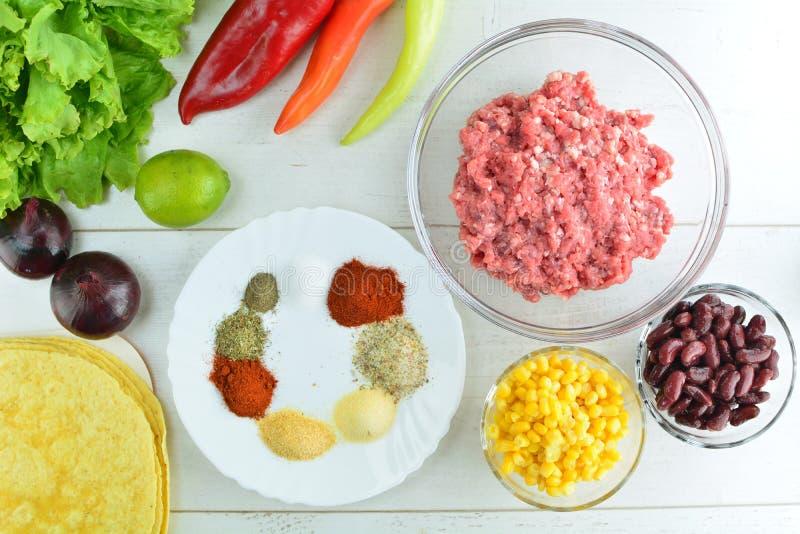 Cajun牛肉玉米粉薄烙饼-整个食谱准备 库存照片