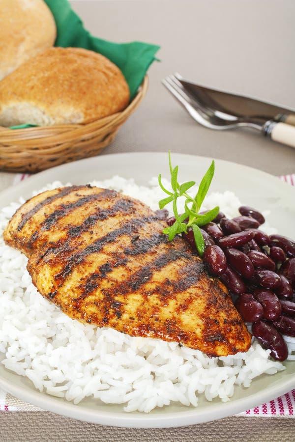 Cajun Huhn mit Reis und Bohnen stockfotografie