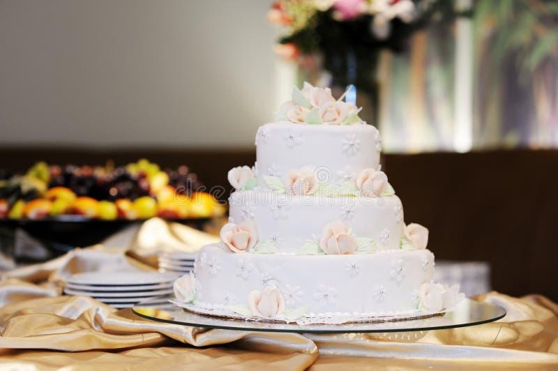 Caka blanco hermoso de la boda fotos de archivo