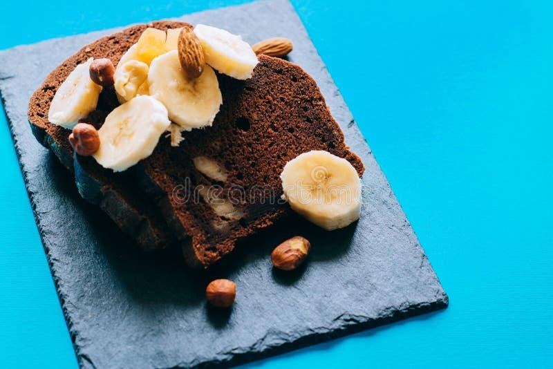 Cake à la banane de chocolat sur une ardoise noire photographie stock