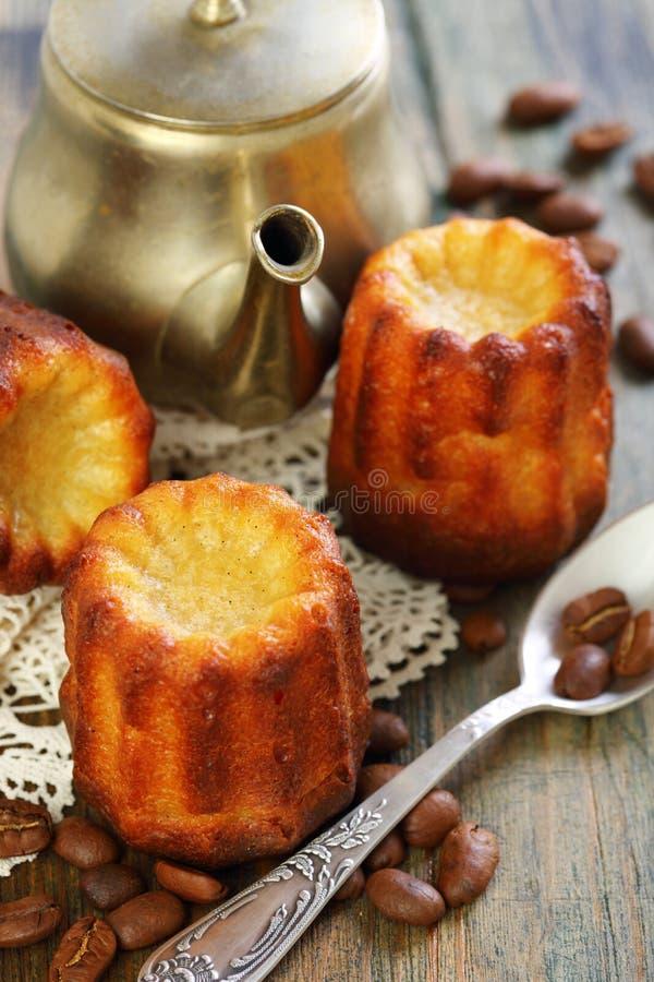 Cake canneles en oude koffiepot. royalty-vrije stock afbeeldingen