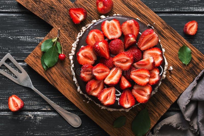Cake in chocoladesuikerglazuur met verse aardbeien De lucht, hoogste vlakke mening, legt stock foto's