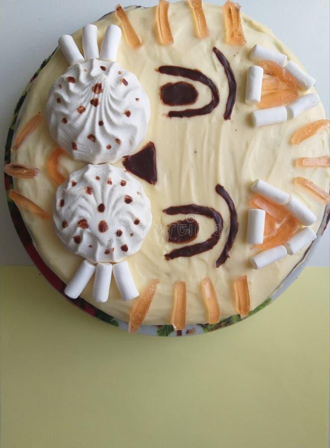 Cake in de chocolade van de vormtijger voor jonge geitjes royalty-vrije stock afbeelding
