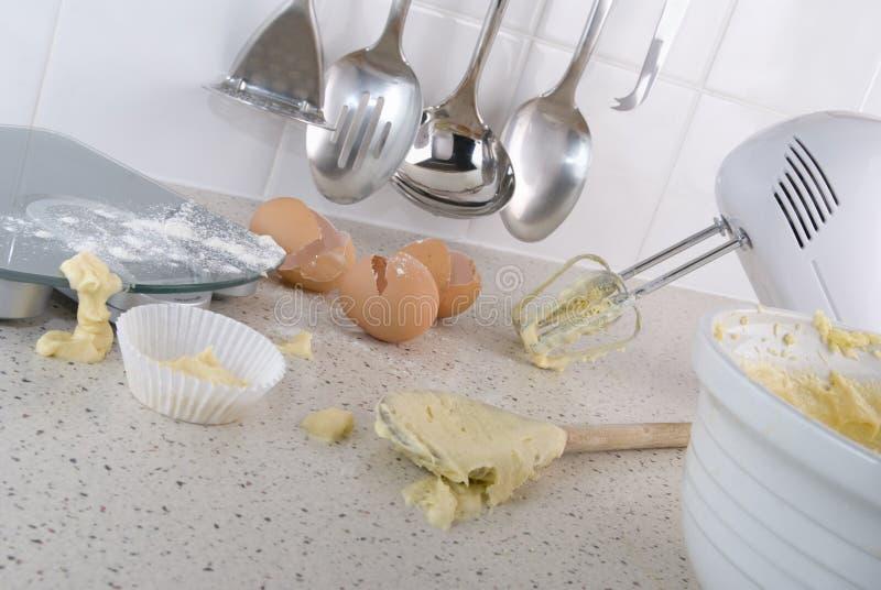 Cake die in de keuken maakt stock afbeelding