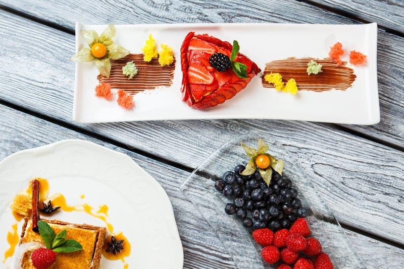 Cake en bessen op platen stock afbeelding