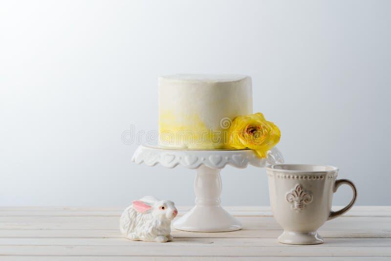 Cake en ceramisch konijntje stock foto