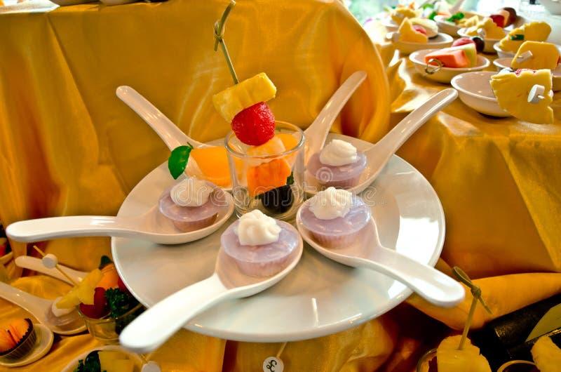 Cake en fruit in lepel stock afbeelding